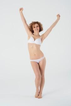 Mujer feliz en ropa interior básica aislada