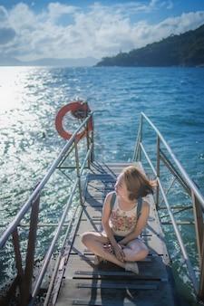 Mujer feliz sentada en el puente