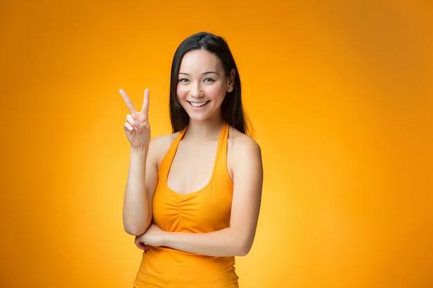 Mujer feliz con signo de paz