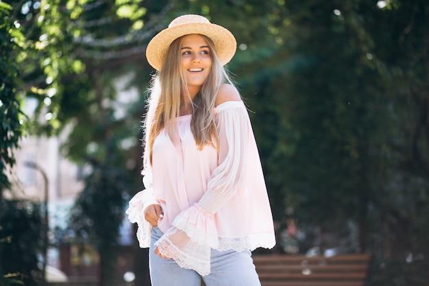 Mujer feliz con sombrero fuera de la calle