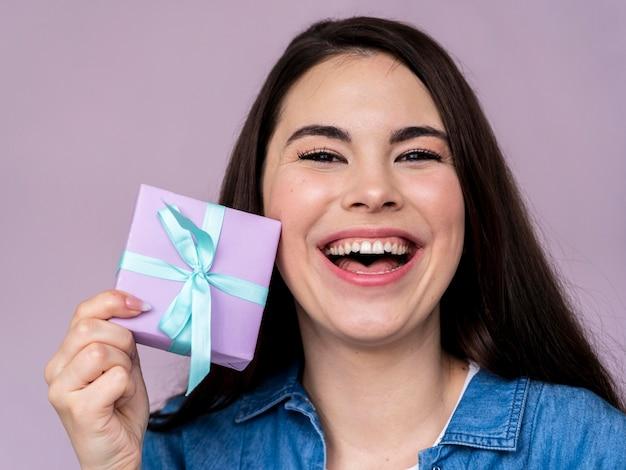 Mujer feliz sonriente con caja de regalo