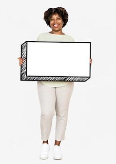 Mujer feliz sosteniendo un tablero vacío