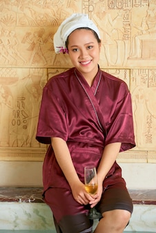 Mujer feliz en spa resort