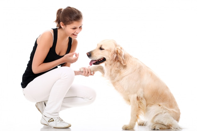 Mujer feliz y su hermoso perro