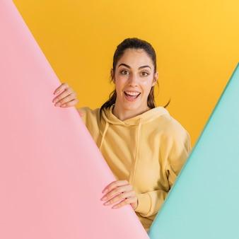 Mujer feliz en un suéter amarillo