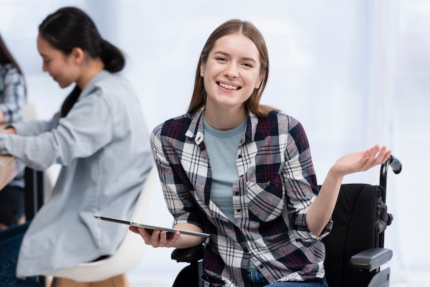Mujer feliz con tableta