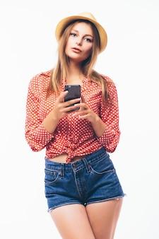 Mujer feliz con teléfono móvil, sobre fondo blanco.