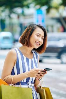 Mujer feliz con teléfono móvil