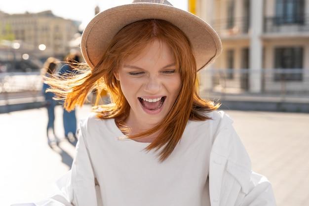 Mujer feliz de tiro medio en la ciudad