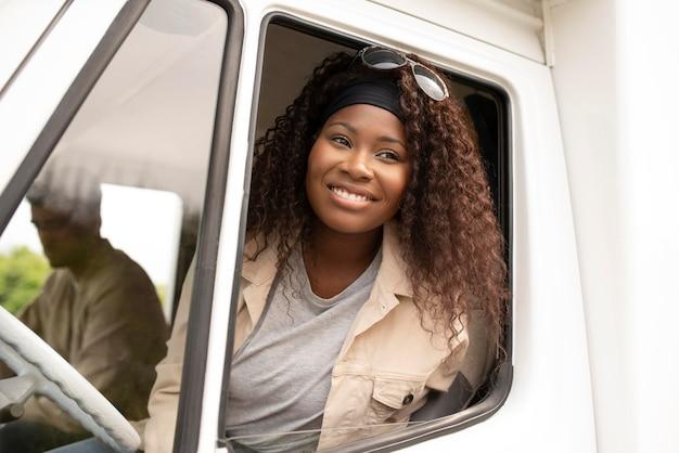 Mujer feliz de tiro medio conduciendo