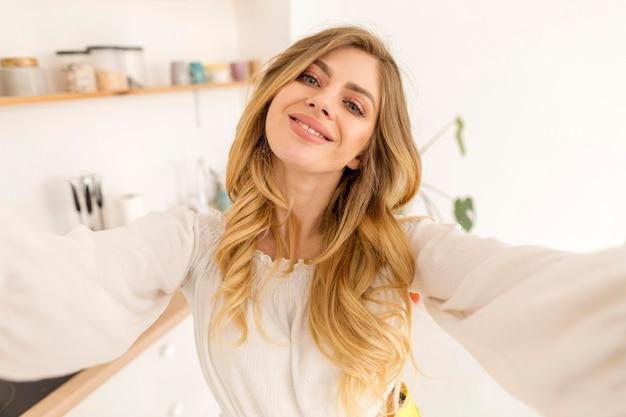 Mujer feliz tomando selfie