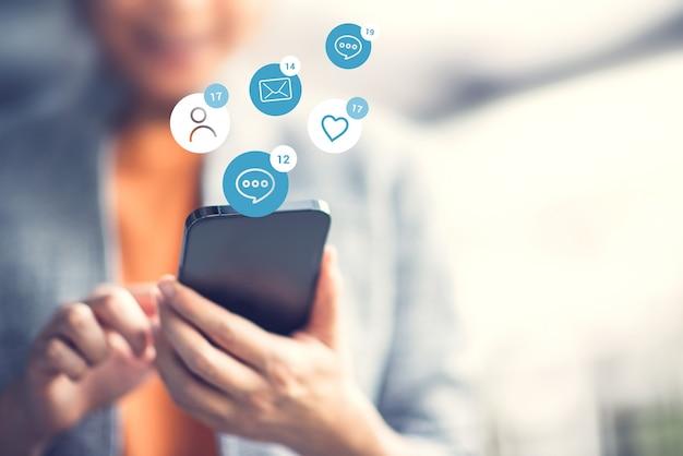 Mujer feliz usando un marketing de redes sociales en el teléfono inteligente móvil.