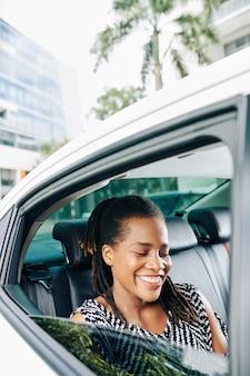 Mujer feliz usando un taxi