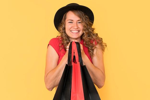 Mujer feliz en venta de viernes negro
