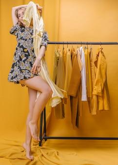 Mujer feliz con vestido en escenario amarillo