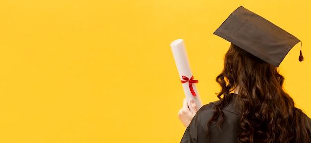 Mujer feliz con vista posterior del certificado