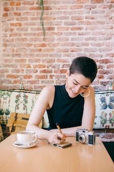 Mujer feminista escribiendo pensamientos en un cuaderno