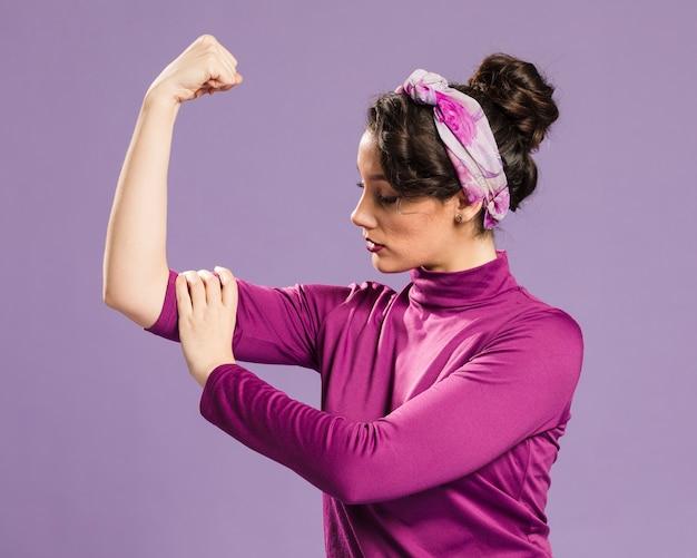 Mujer feminista mostrando su poder tiro medio