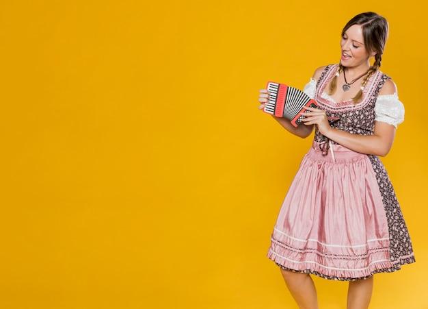 Mujer festiva con acordeón de papel