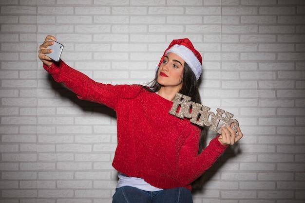 Mujer festiva tomando selfie