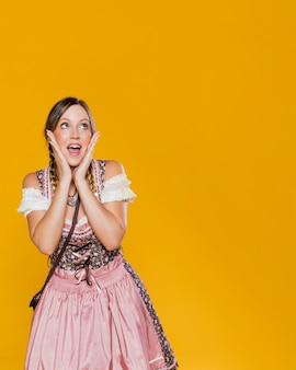 Mujer festiva en traje bávaro