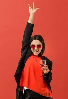 Mujer, en, fiesta, bebida, vino