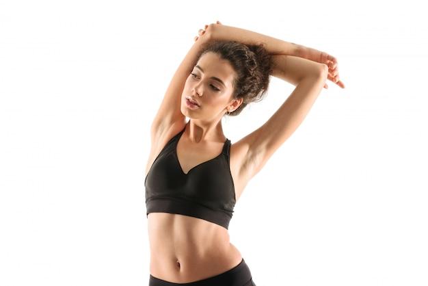 Mujer fitness calentando y mirando a otro lado