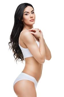Mujer fitness con un cuerpo hermoso en espacio en blanco