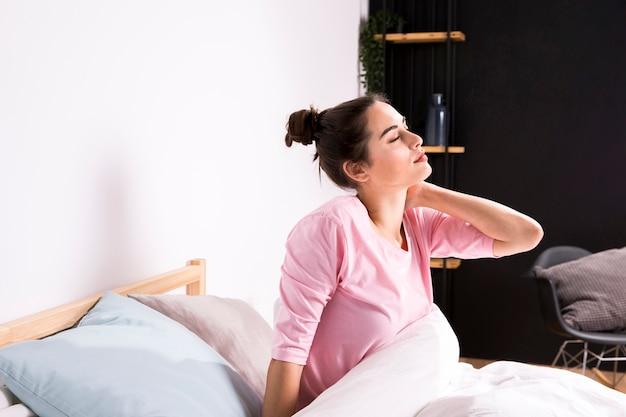 Mujer fitness despertándose por la mañana