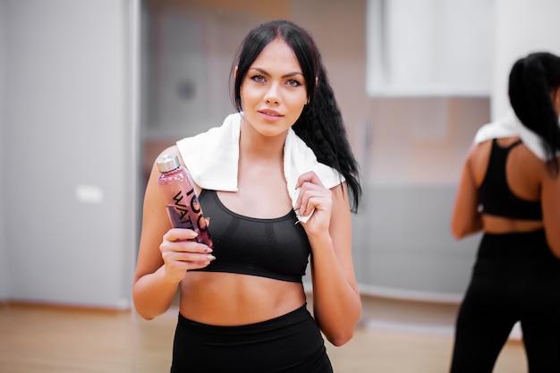 Mujer fitness en el gimnasio