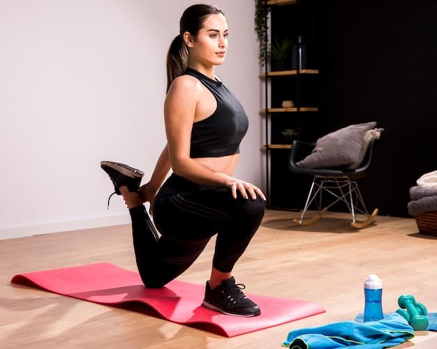 Mujer fitness haciendo ejercicio en casa