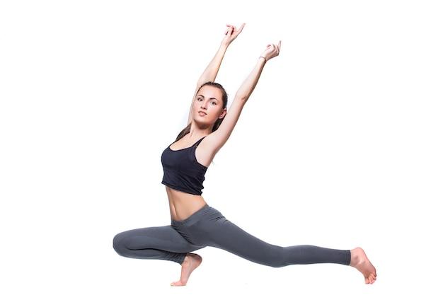 Mujer fitness haciendo ejercicio de estiramiento aislado sobre fondo blanco.