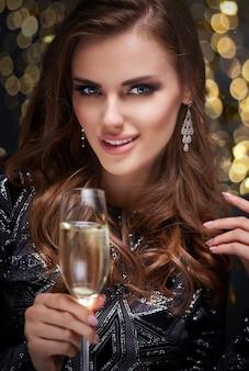 Mujer con flauta de champán coqueteando