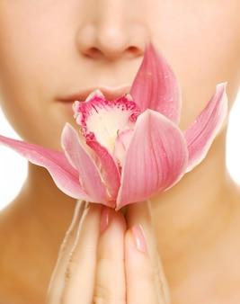 Mujer con flor blanca fresca