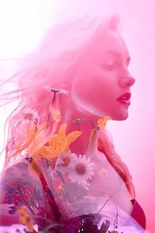 Mujer con flores en el interior, doble exposición. rubia