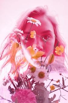 Mujer con flores en el interior, doble exposición.