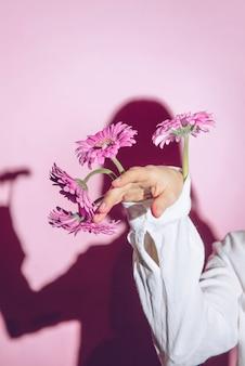 Mujer con flores en manga de camisa.