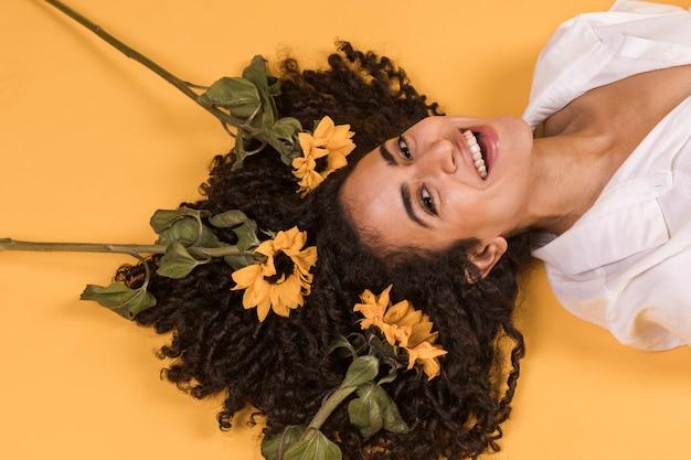 Mujer, con, flores, en, pelo, acostado, en, piso