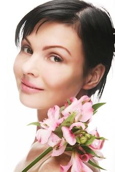 Mujer con flores rosas