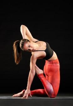 Mujer en forma muscular haciendo una variación de pose de camello