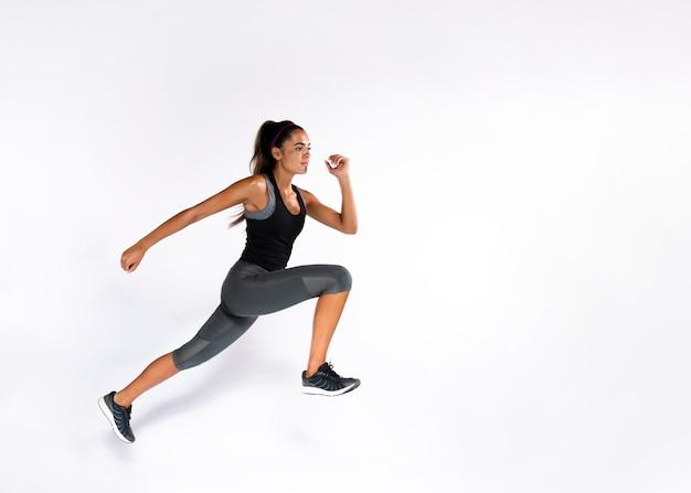 Mujer en forma de tiro completo con fondo blanco