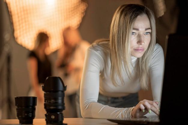 Mujer fotógrafa y modelos borrosas