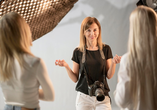 Mujer fotógrafa y modelos hablando