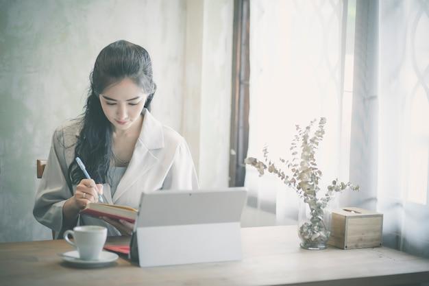 Mujer freelance trabajando en su casa.