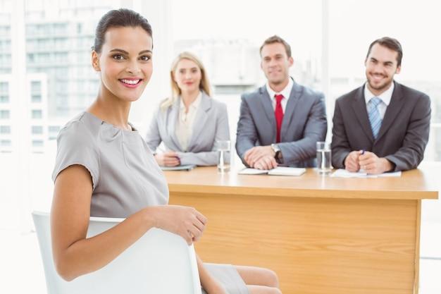 Mujer frente a oficiales de personal corporativo