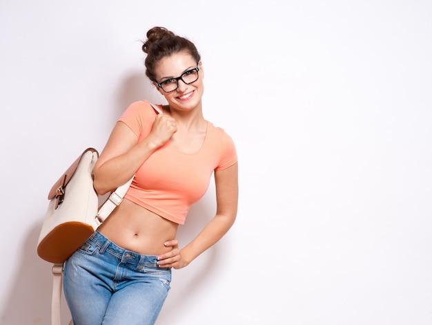 Mujer fresca del estudiante del inconformista que lleva los vidrios de las gafas