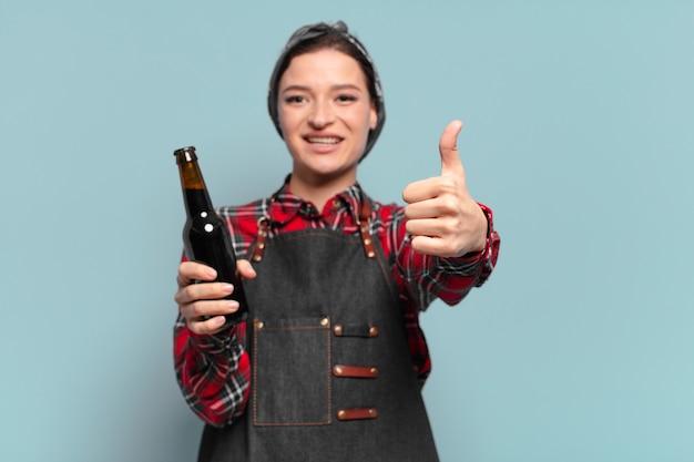 Mujer fresca de pelo rojo con una botella de cerveza