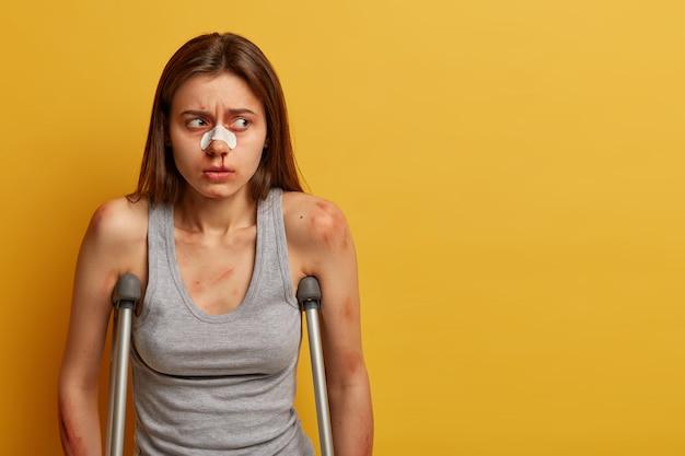 Mujer frustrada lesionada después de un accidente de motocross, se cayó de una bicicleta
