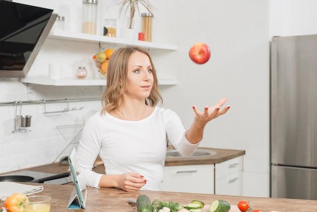 Mujer con frutas en cocina