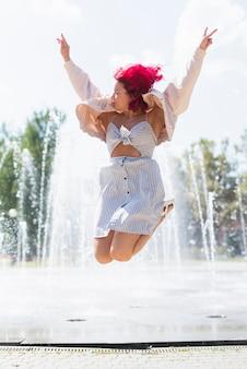Mujer con fuente de agua en el fondo